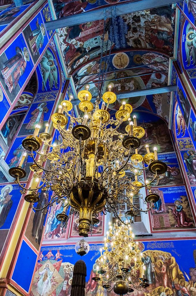 Candelabro e interior colorido da Catedral da Natividade da Virgem, Suzdal, Rússia.