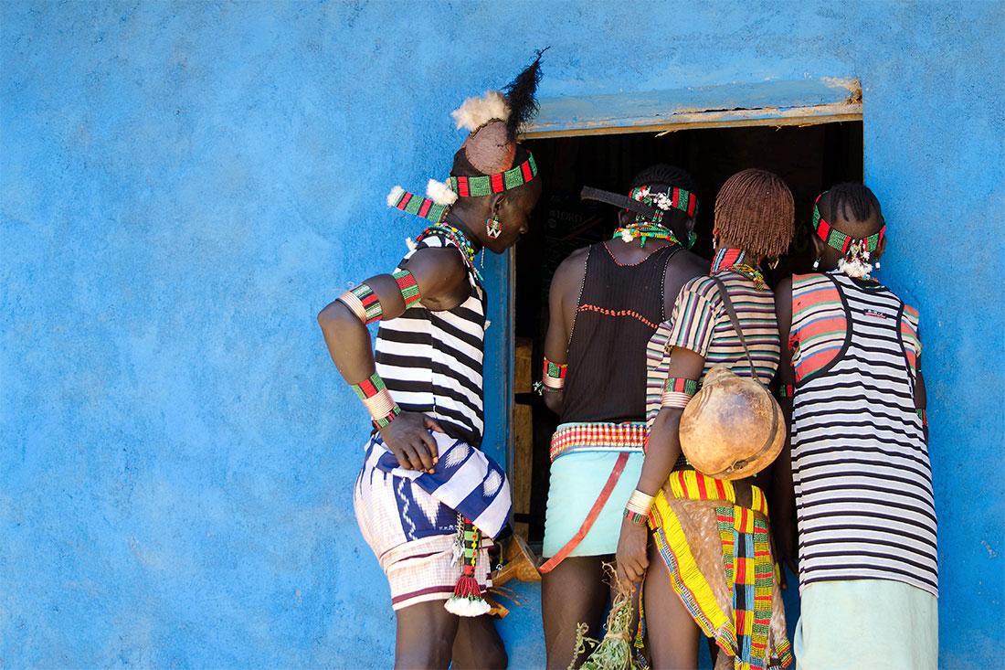 casais hammer à entrada de uma loja com paredes azuis em Dimeka