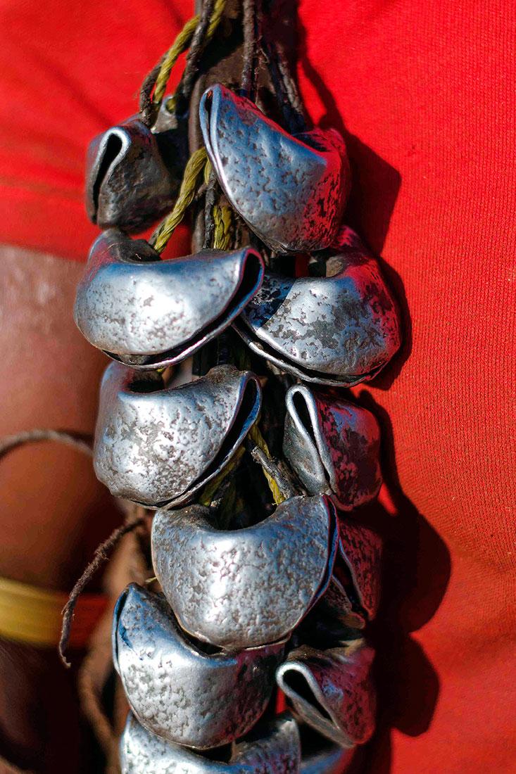 tipico colar de guizos usado por algumas tribos no Vale de Omo, Étiópia