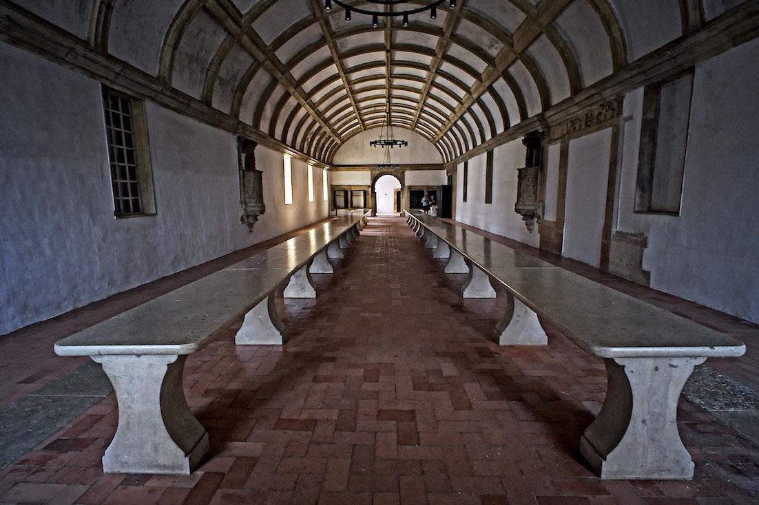 grandes meses de pedra na antiga sala de refeições do convento de cristo, em Tomar