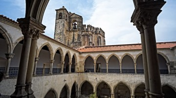 Um dos claustros do Convento de Cristo enquadrado por uma ogiva do primeiro piso
