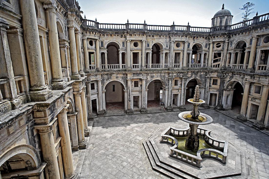 fonte central e aspecto do principal claustro do Convento de Cristo.