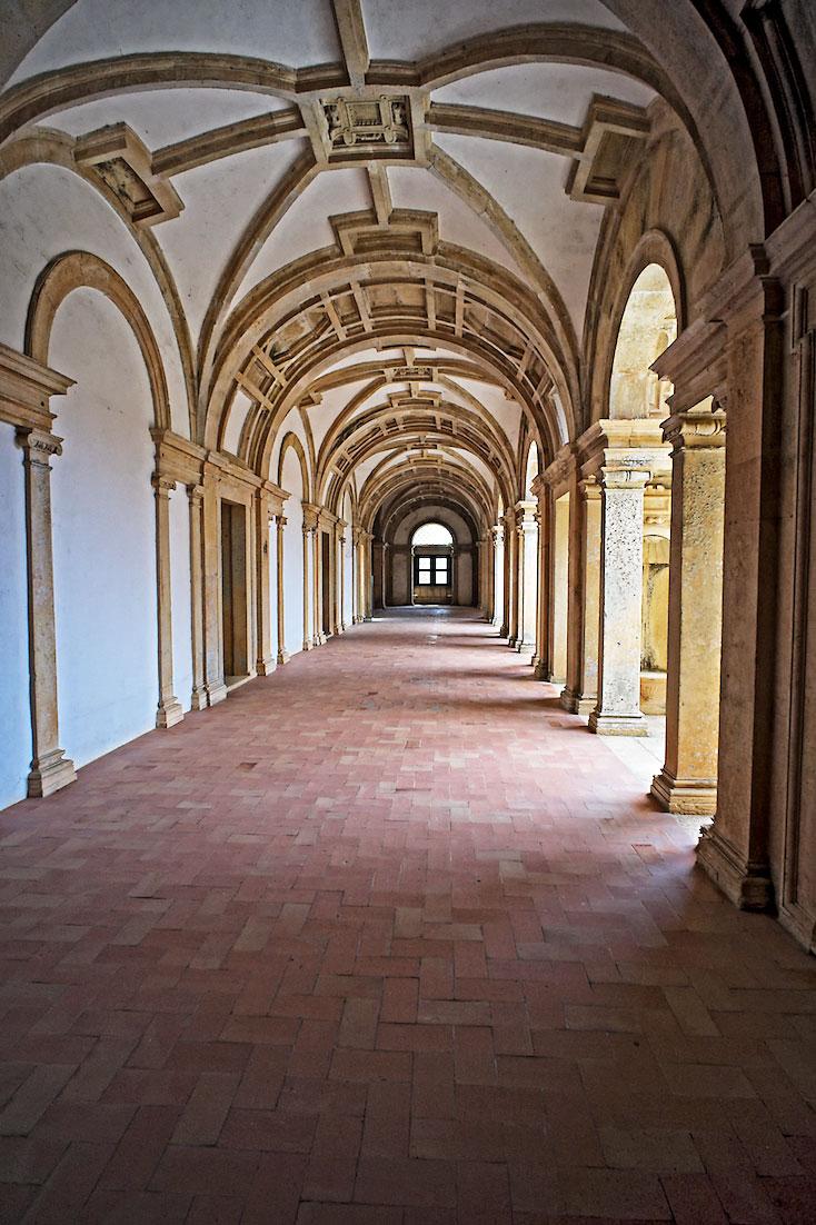 corredor forrado a tijoleira que ladeia os claustros do convento de Cristo ao nível térreo