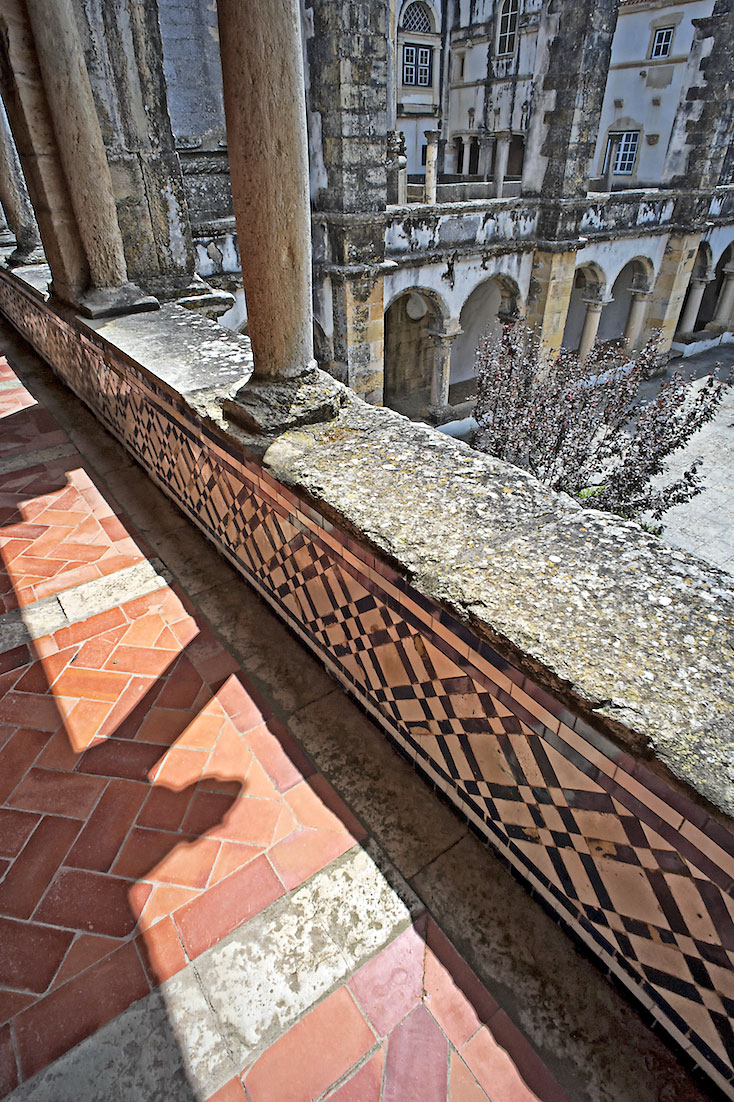 pormenores junto ao varandim no piso superior de um dos claustros do convento de Cristo.