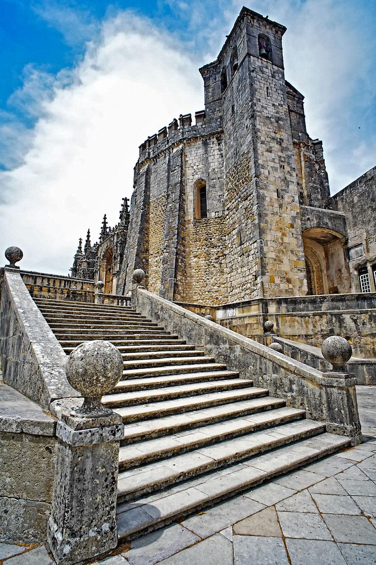 escadaria monumental que dá acesso à entrada do Convento de Cristo, em Tomar