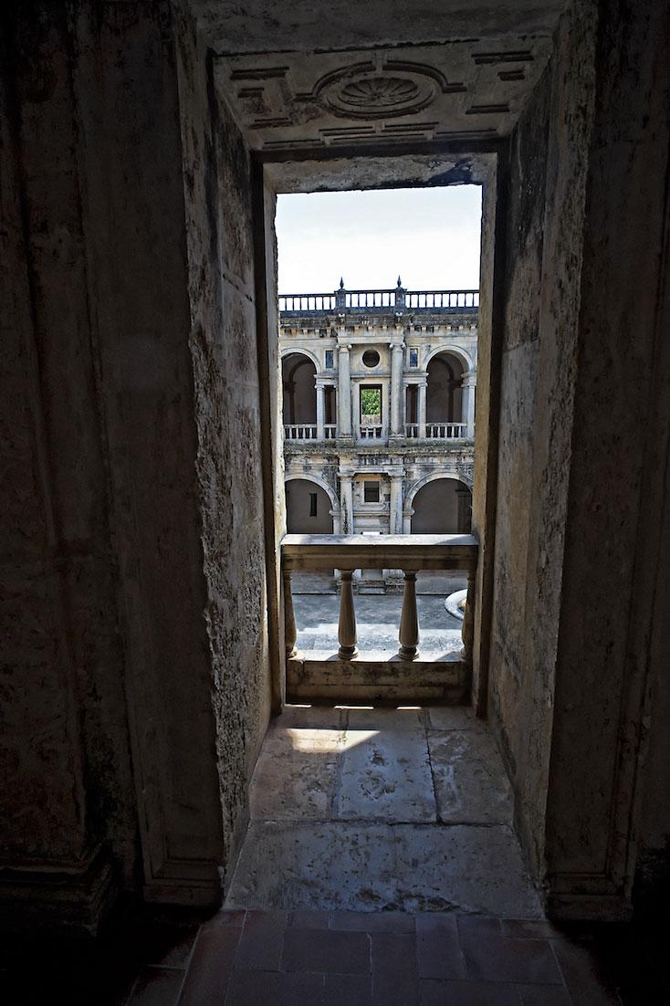 vista para claustro do convento de cristo desde uma janela