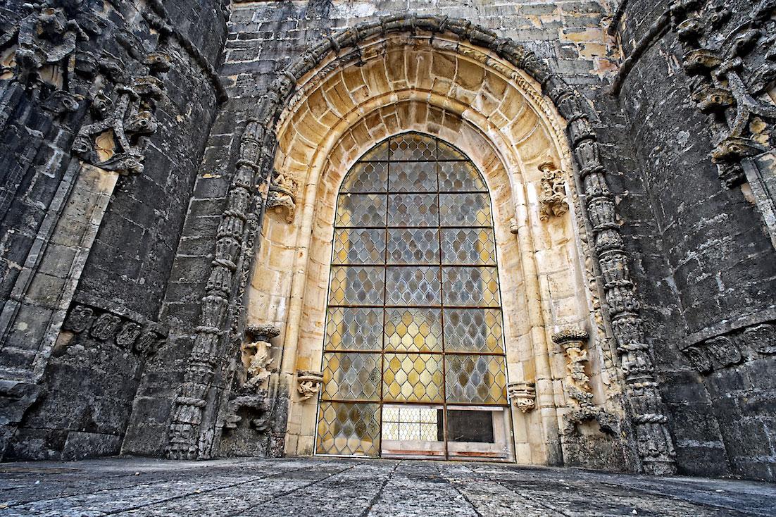 janela ornamentada no terraço do convento de cristo