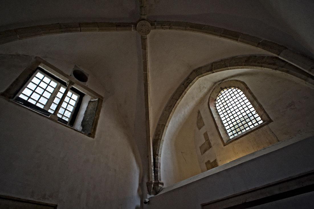 grandes janelas instaladas em abóbadas de sala do convento de cristo