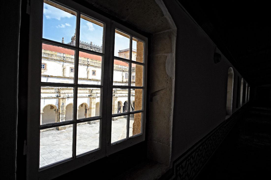 vista para os claustros desde o interior das janelas do primeiro piso