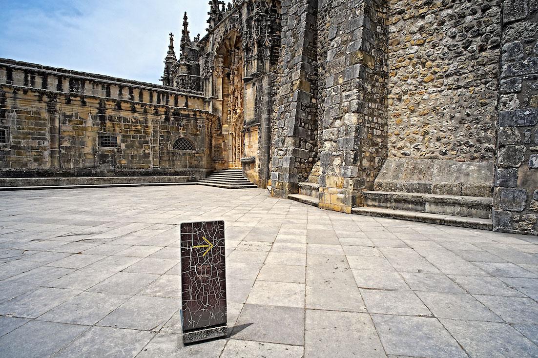 grande pátio junto à entrada principal do convento de cristo em Tomar
