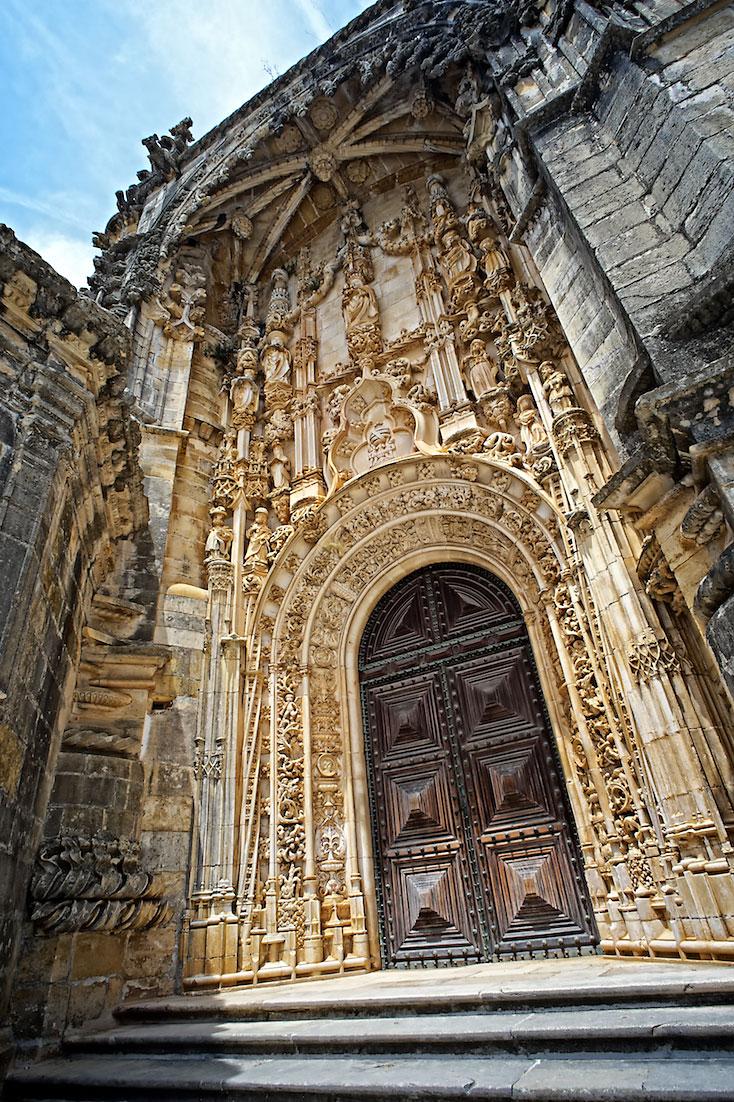 porta principal e muito ornamentada de entrada no convento de cristo