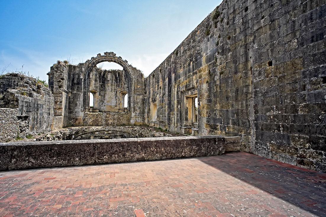 Ruínas de uma igreja nunca acabada no interior do Convento de Cristo