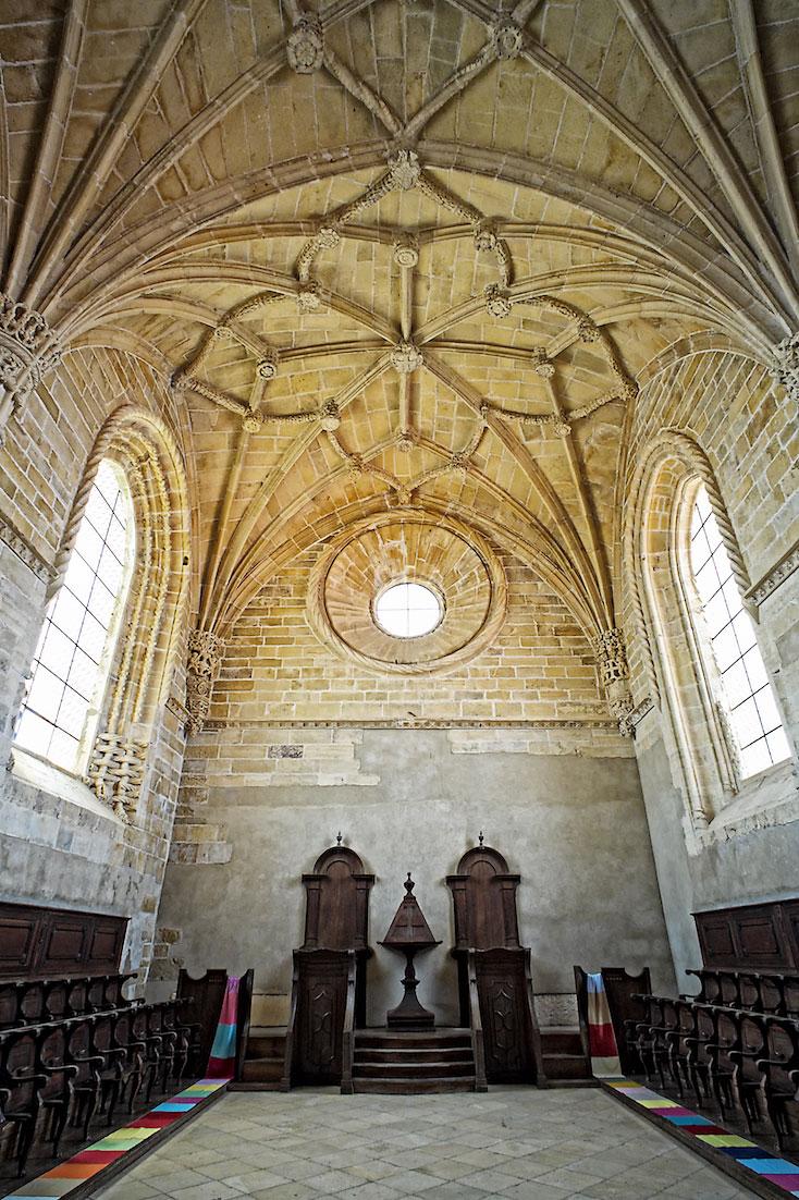 sala com grandes cadeirões de madeira, destinada às orações no convento de cristo