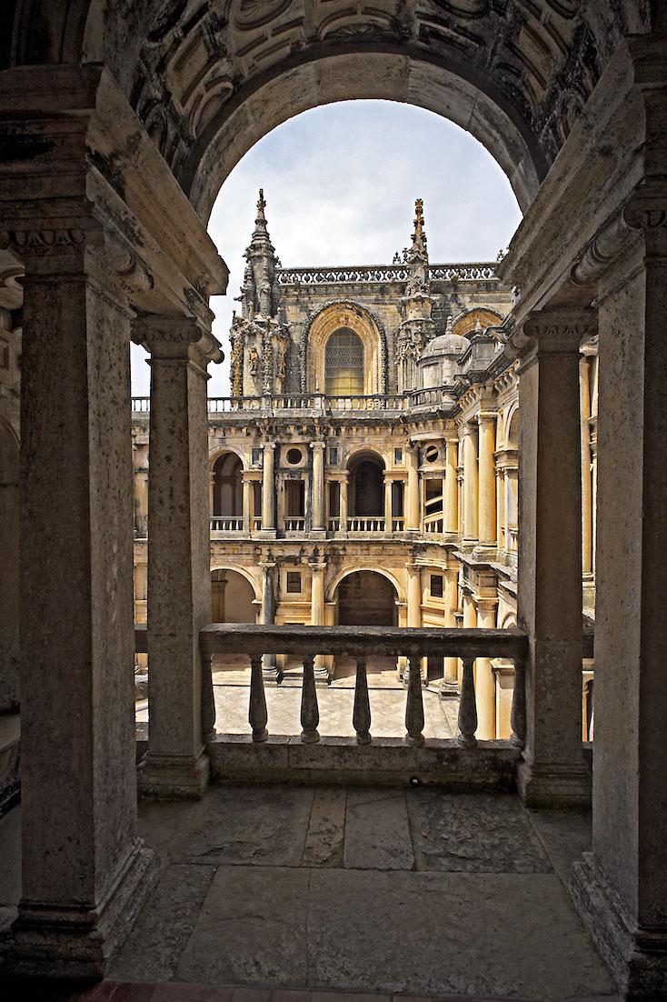 varanda com grande colunas de pedra com vista para claustro principal do convento de cristo