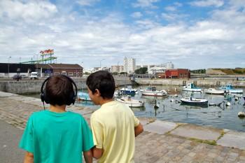 crianças nas ruas de Calais, em França.