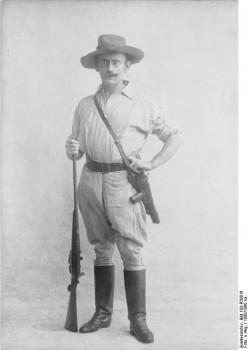 explorador alemão Carl Peters com com pistola e espingarda