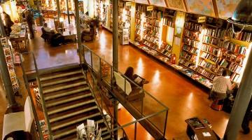 escadas entre pisos da livraria Altaïr