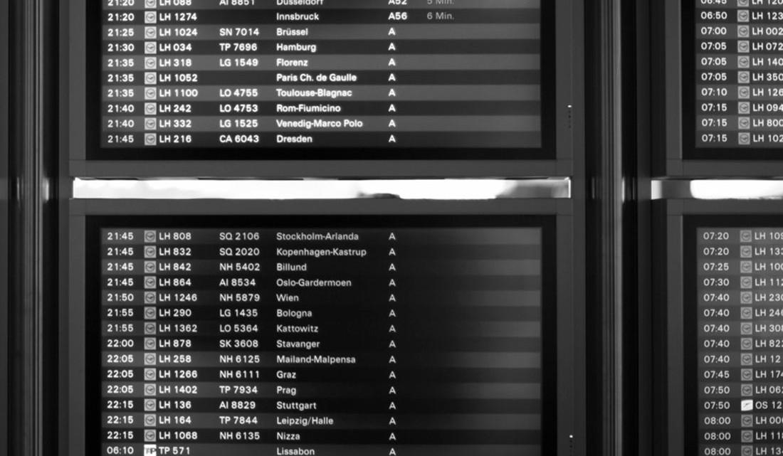 ecrãs com horários de voo no aeroporto de Frankfurt