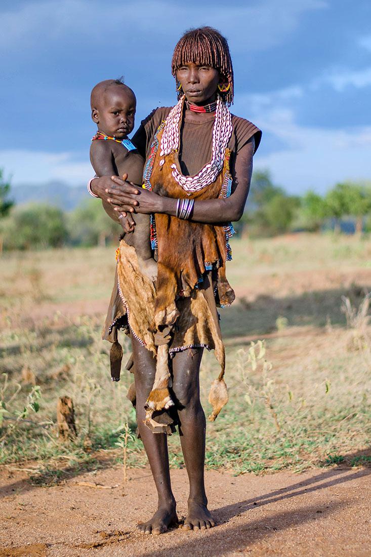 mãe hammer com filho ao colo no Vale de Omo na Etiópia