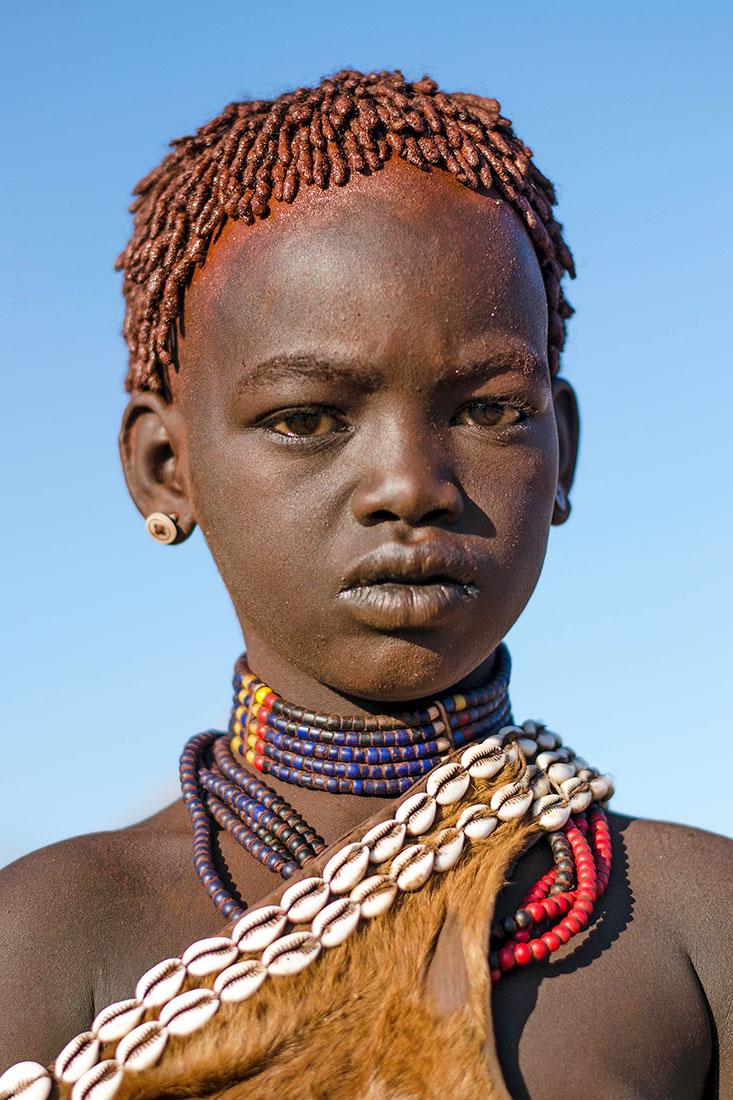menina hammer no Vale do Omo vestida com o traje tradicional
