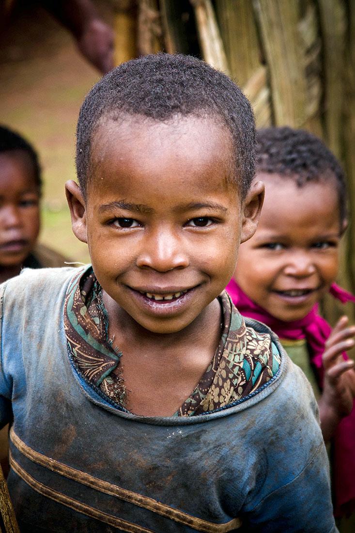 menino dorze, uma das tribos que habitam o Vale de Omo na Etiópia