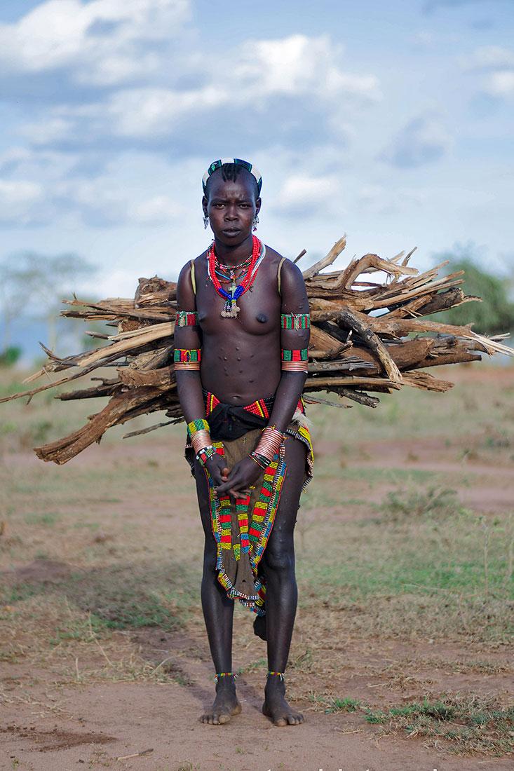 mulher hammer no vale de omo a carregar lenha às costas