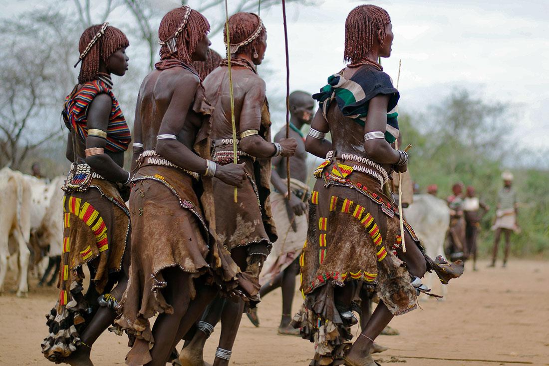 """mulheres hammer do vale do omo que dançam durante a cerimónia do """"bull jumping"""""""