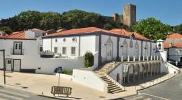 Paços do Concelho, em Palmela, com o castelo em segundo plano.