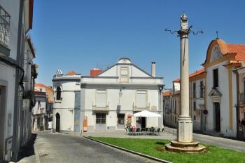 Pelourinho e igreja da Misericórdia em Palmela.