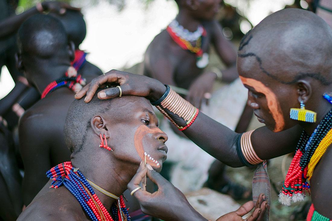 """homens de tribo do vale do omo a prepararem-se para a cerimónia do """"bull jumping"""""""