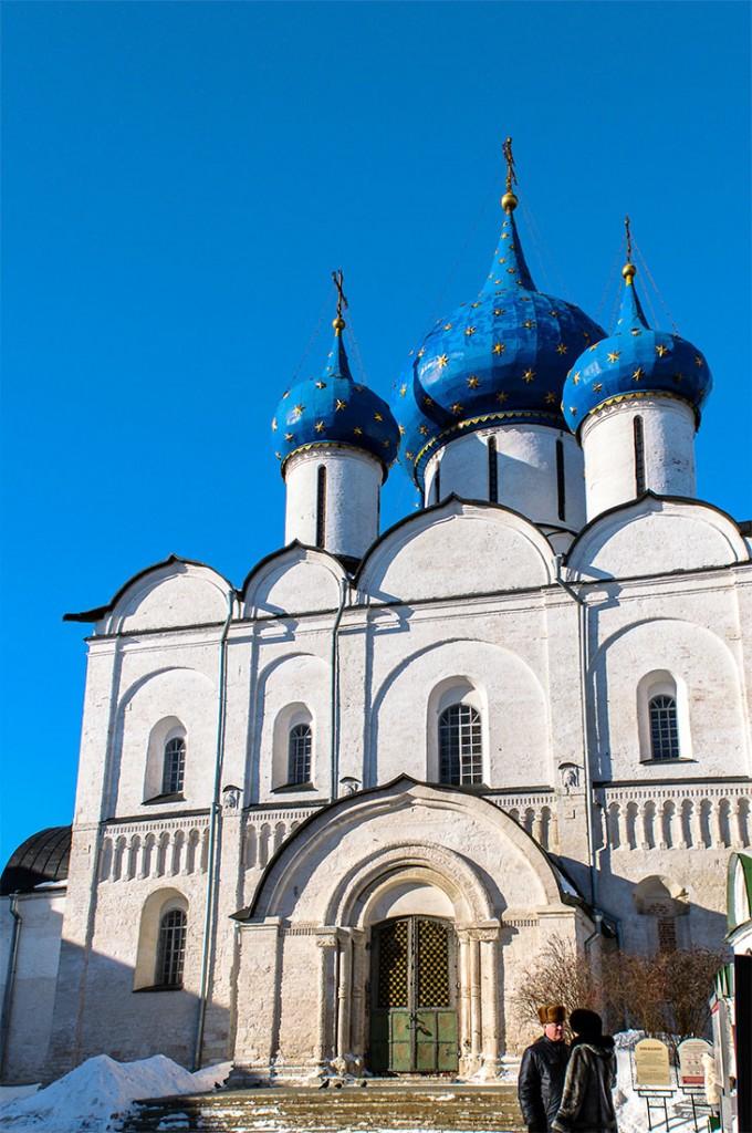 Exterior da Catedral da Natividade da Virgem, em Suzdal, Rússia.