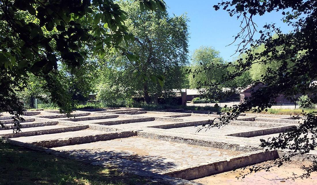 Antigos neveiros ou tanques em pedra utilizados para congelação da água.