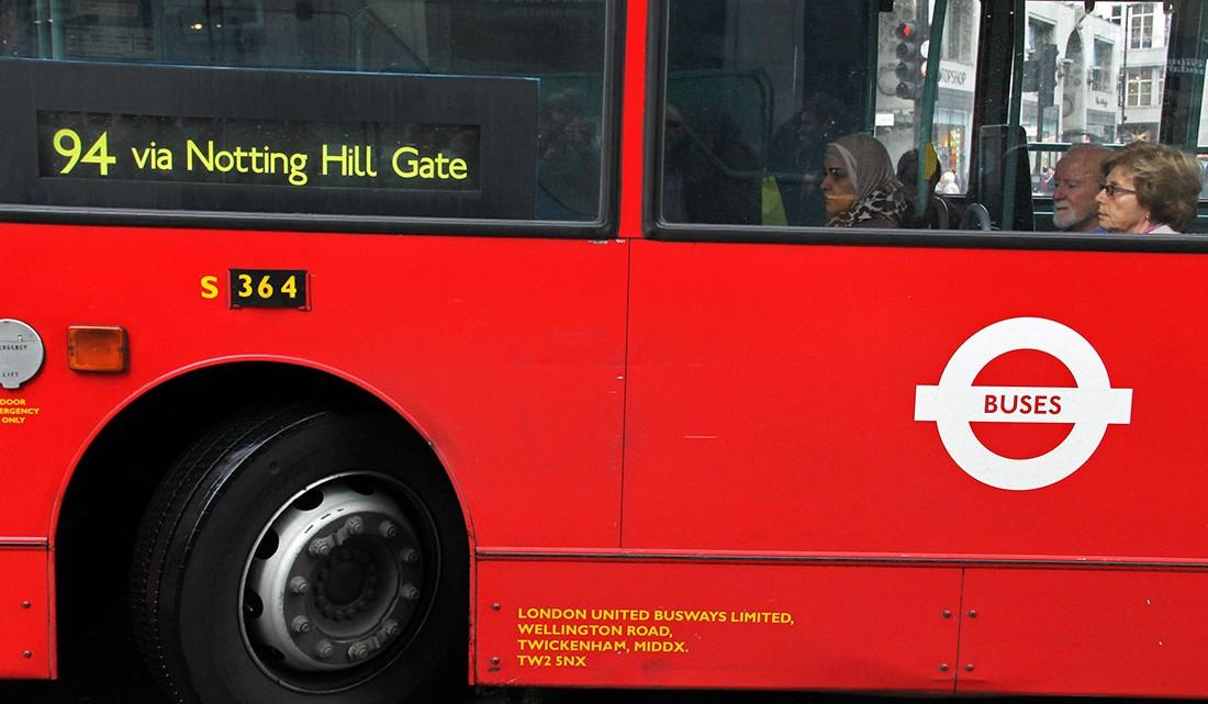 autocarro vermelho com destino a Notting Hill em Londres