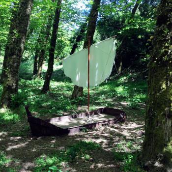 Pequena barcaça instalada no meio de um bosque da serra de Montejunto