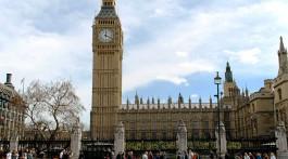 pessoas a caminhar frente ao big ben e parlamento em londres