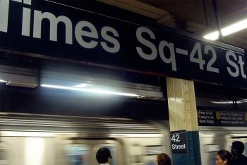 cais da estação de metro junto à times square e rua 42 em Manhattan, Nova Iorque