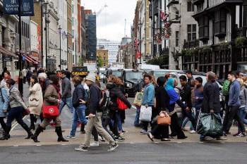 ingleses a atravessar a passadeira numa das rua de Londres