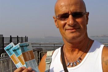 José Alberto, com bilhetes para a Estátua da Liberdade, junto ao cais de embarque do ferry