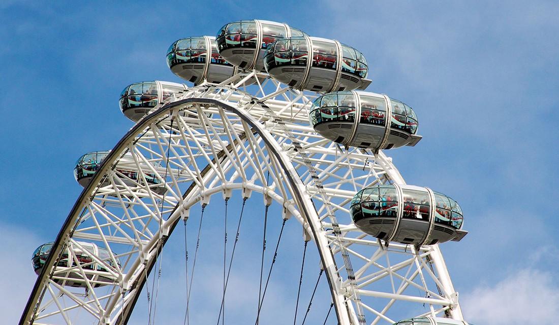 parte da roda do London Eye contra um céu azul em Londres