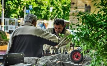 Dupla de homens a jogar xadrez numa numa rua de Lviv