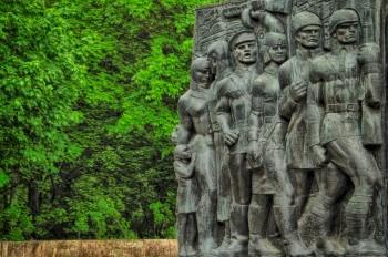 Escultura representativa dos heróis da União Soviética em Lviv
