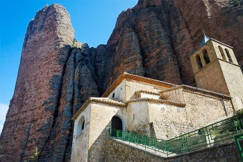 Igreja da aldeia de Riglos junto ao muro de pedra Mallo Pisón.
