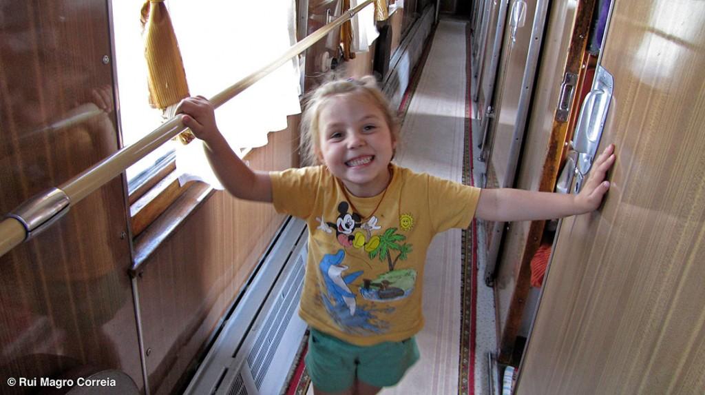 menina russa no corredor de uma carruagem do transiberiano