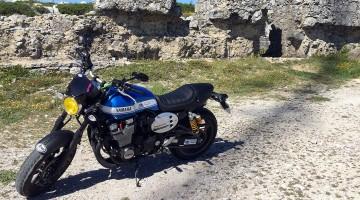 Moto Yamaha de cor azul estacionada no topo da serra de Montejunto.