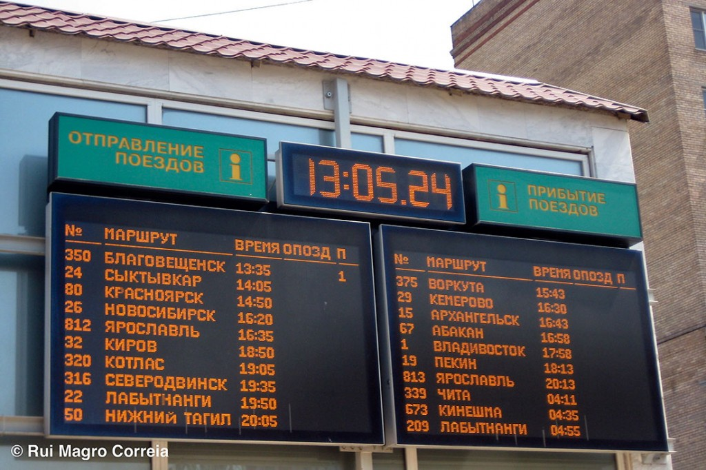 painéis com os horários dos comboio em cirílico