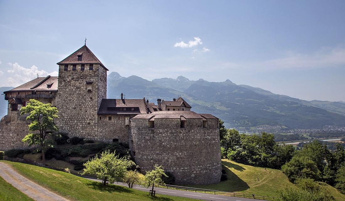 palácio ducal, em pedra e com telhados triangulares, em Vaduz, Lietchenstein