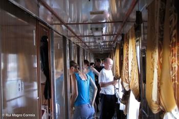 a vida dos passageiros do transiberiano num corredor de uma carruagem