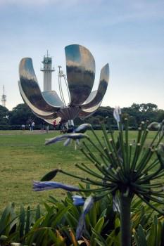 Vegetação e monumentos na praça das nações unidas em Buenos Aires.