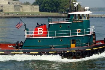 rebocador verde no rio hudson junto ao parque Battery em Manhattan