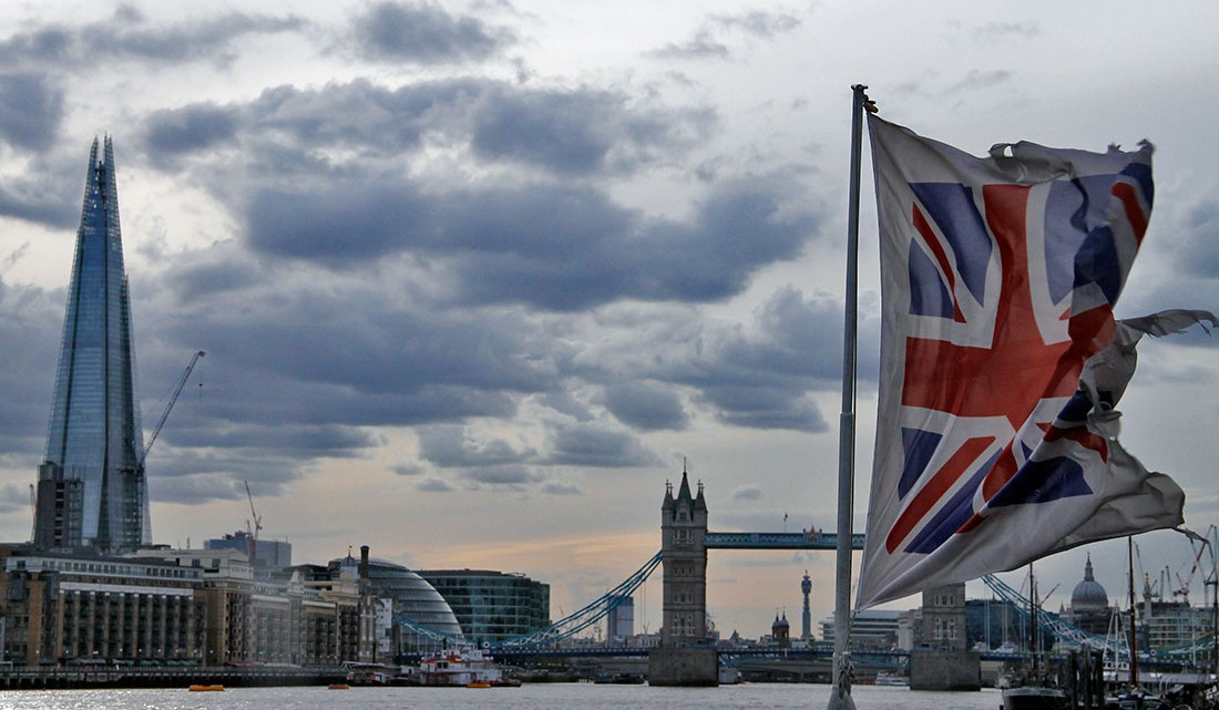 bandeira inglesa junto ao rio tamisa com ponte de Londres ao fundo